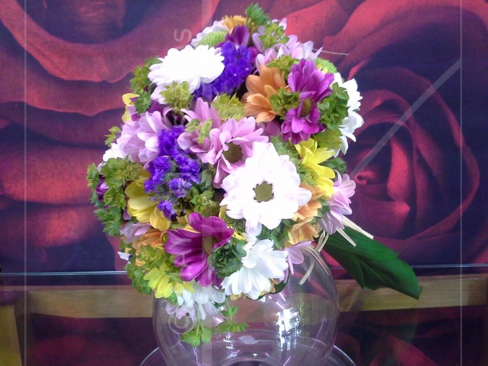 Desenfadado Ramo de Novia en redondo con flor silvestre, margaritas de colores limonium...