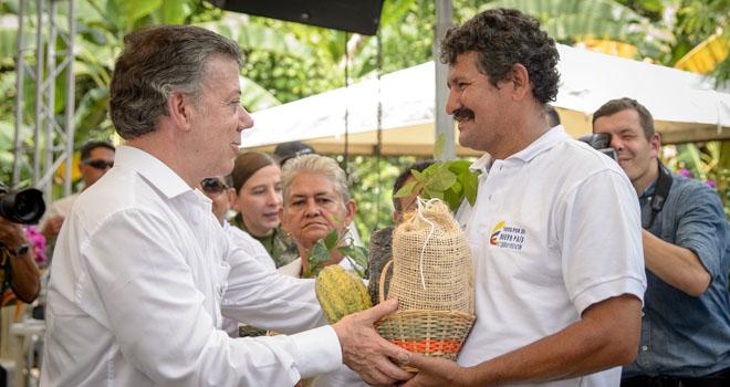 Presidente Santos entrega insumos a cacaoteros de Tibú por más de $1.200 millones