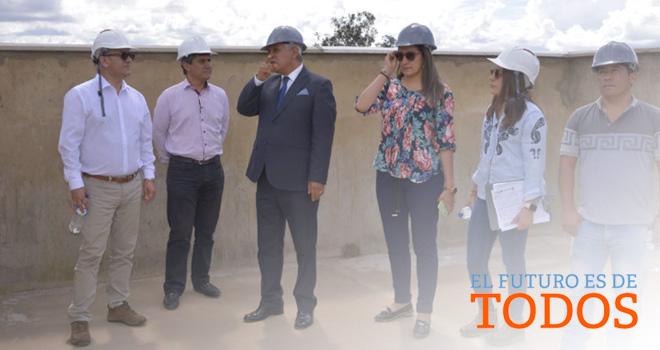 El gerente del Fondo Adaptación, Édgar Ortiz Pabón, realizó una visita de supervisión de obra al hospital San Francisco de Villa de Leyva, en compañía del alcalde de ese municipio, Víctor Hugo Forero