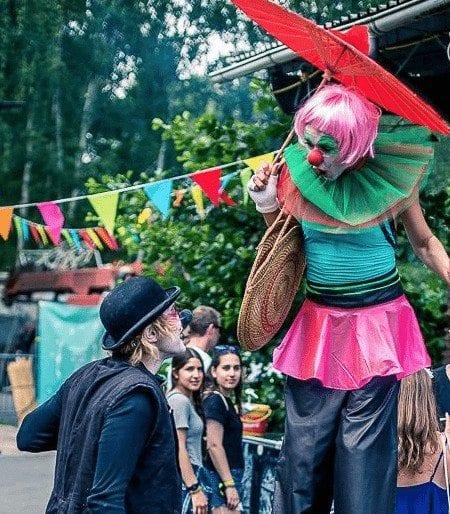 Stelzenläufer und clown auf events tilt - buchen bei formwandler events künstlervermittlung