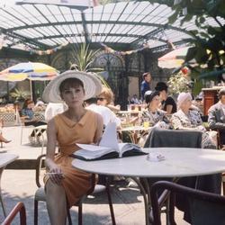 Audrey Hepburn tijdens filmopname