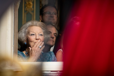 Prinses Beatrix groet Willem-Alexander