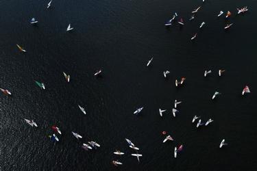 Oude surfplanken op het water