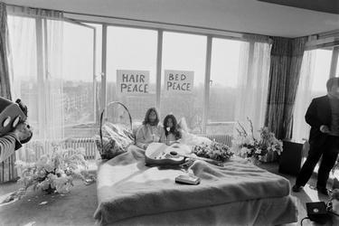 John Lennon en Yoko Ono in het Hilton hotel