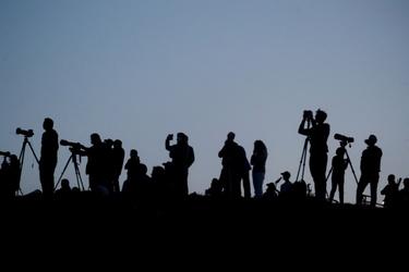 Fotografen bekijken supermaan