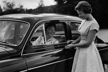 Prinses Beatrix achter het stuur