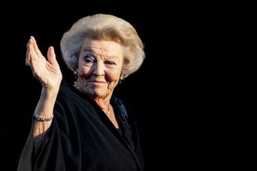 Prinses Beatrix zwaait