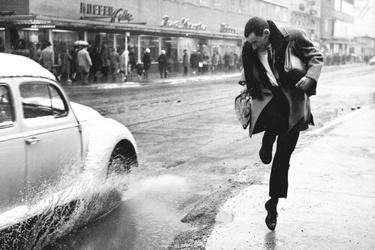 Man springt weg voor water