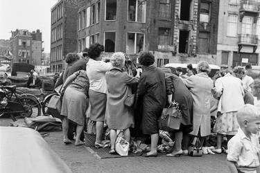 Vrouwen bekijken kleding op Waterlooplein