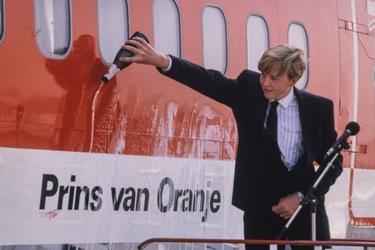 Prins Willem-Alexander doopt vliegtuig