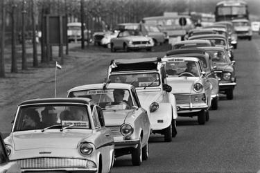 Oranjefans onderweg naar Paleis Soestdijk