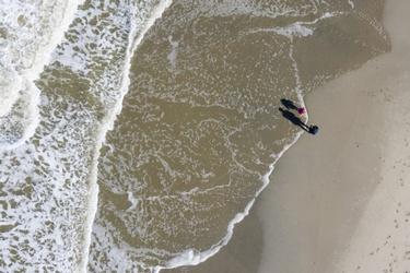 Wandelaars op het strand