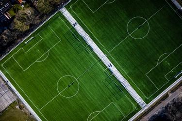 Een verlaten voetbalveld