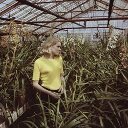 Jonge Martine Bijl tussen het groen