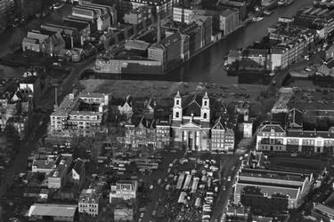 Het Waterlooplein en de Mozes en Aäronkerk
