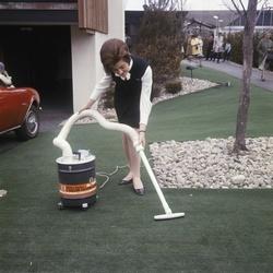 Een vrouw demonstreert stofzuiger