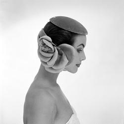 Model Evelyn Corel poseert voor Dick Holthaus