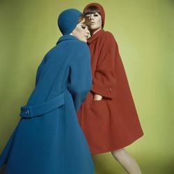 Modellen poseren in winterjassen