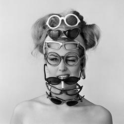 Model Els Kaptein poseert met brillen