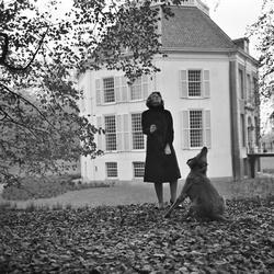 Prinses Beatrix speelt met haar hond