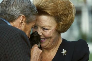 Koningin Beatrix en prins Claus met hond Dushi