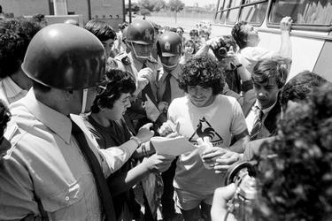 Maradona deelt handtekeningen uit