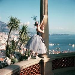 Balletdanseres Francoise Adret op balustrade