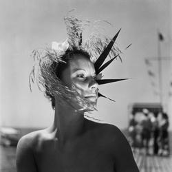 Vrouw met modieus hoofddeksel
