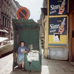 Krantenverkoopster in Parijs