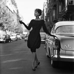 Georgette van Duivenhoven poseert met couture