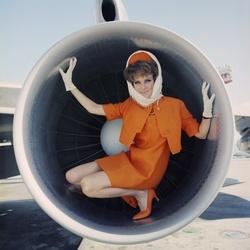 Stewardess poseert in vliegtuigmotor