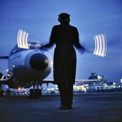 Marshaller loodst DC-9 binnen