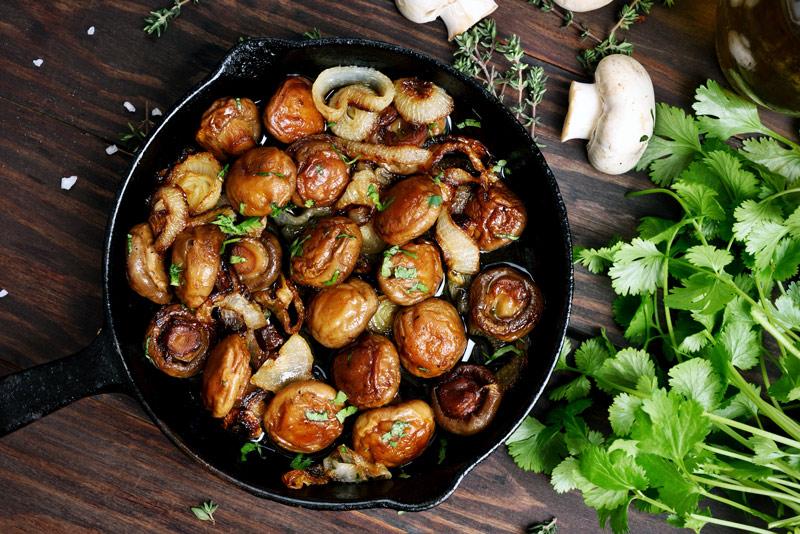 Greek-Style Mushrooms and Leeks (Manitaria Yiahni)