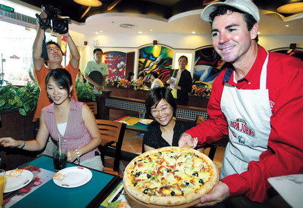 Papa-Johns-Intl-Inc-Franchise-Founder-Serving.jpg