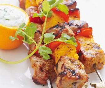 https://storage.googleapis.com/freebies-com/resources/news/25445/brochettes-de-porc-et-d-orange-sauce-au-yogourt.jpg