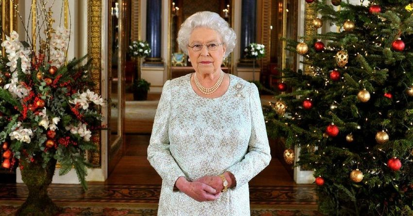 https://storage.googleapis.com/freebies-com/resources/shareables/155/the-bittersweet-reason-why-the-queen-leaves-her-christmas-tree-up-until-february.jpg