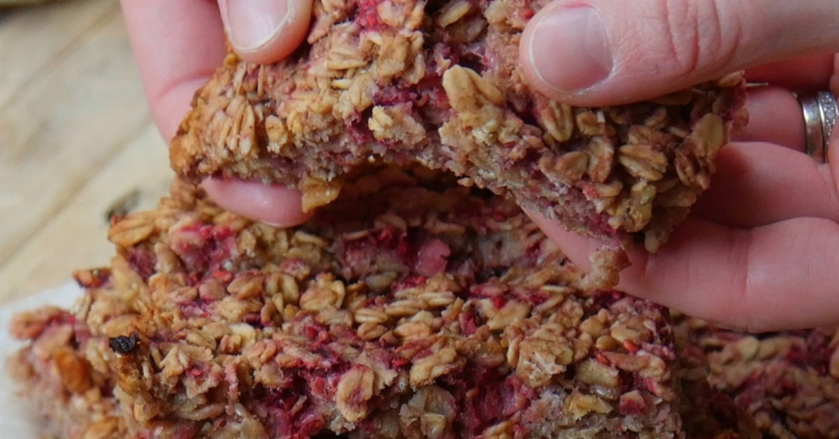 https://storage.googleapis.com/freebies-com/resources/videos/1328/raspberry-apple-granola-bars.jpg