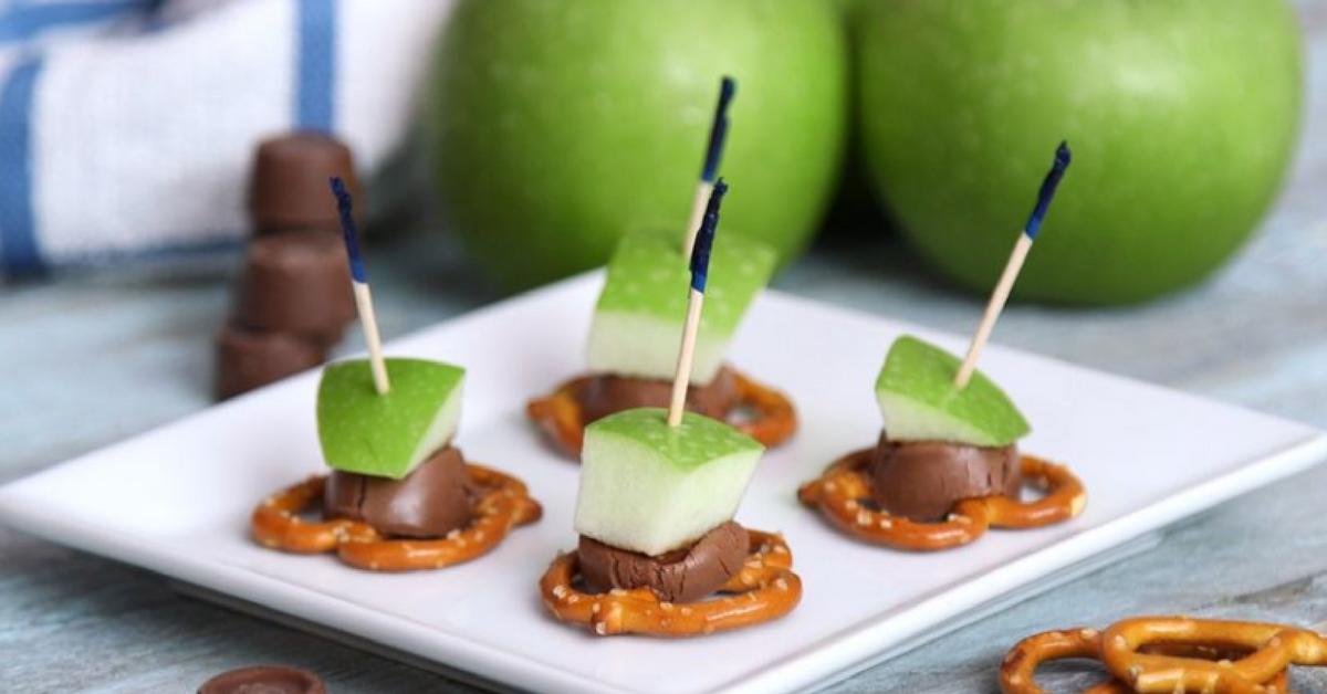 https://storage.googleapis.com/freebies-com/resources/videos/1683/caramel-apple-pretzel-bites.png