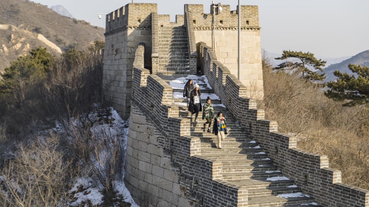 girls on the great wall of china