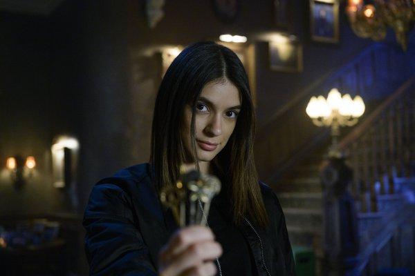 Laysla De Oliveira locke and key