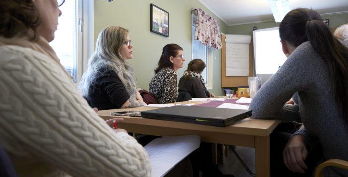 Deltagare runt bord - Frej Utbildning
