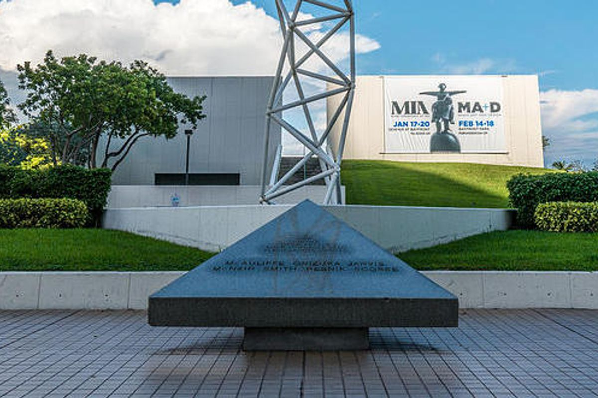 Image for skate spot The Challenger Memorial Gap To Triangle