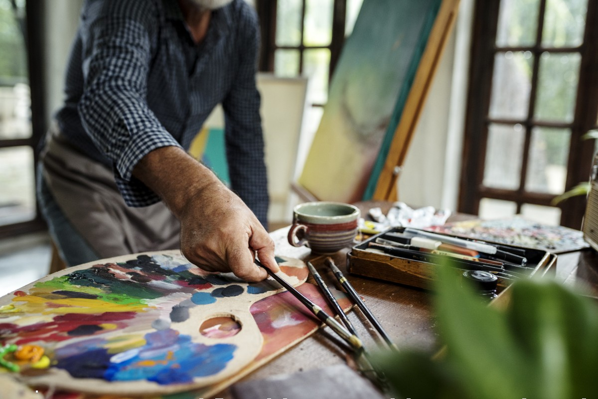 senior using art therapy for dementia