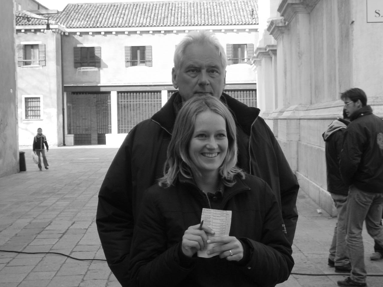Simone mit Sigi Rothemund während der Dreharbeiten in Venedig zu Commissario Brunetti - Buttervogel