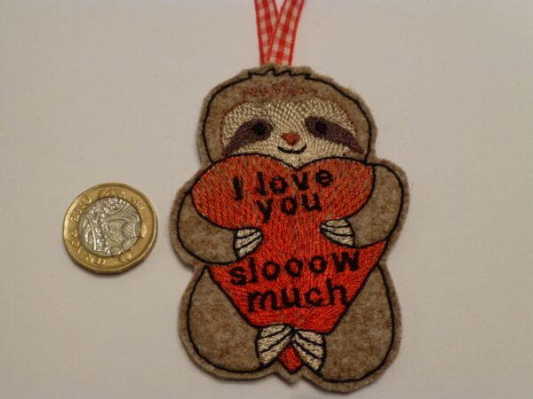 Sloth hanging decoration – Valentine – Sloth hugging heart tag - main product image