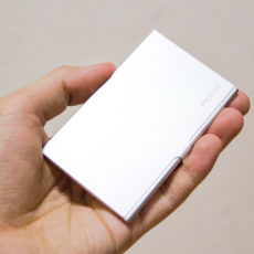 SIMカードもスタイリッシュに持ち運ぶ時代。できる男はROCKのSIMカードケースを使う