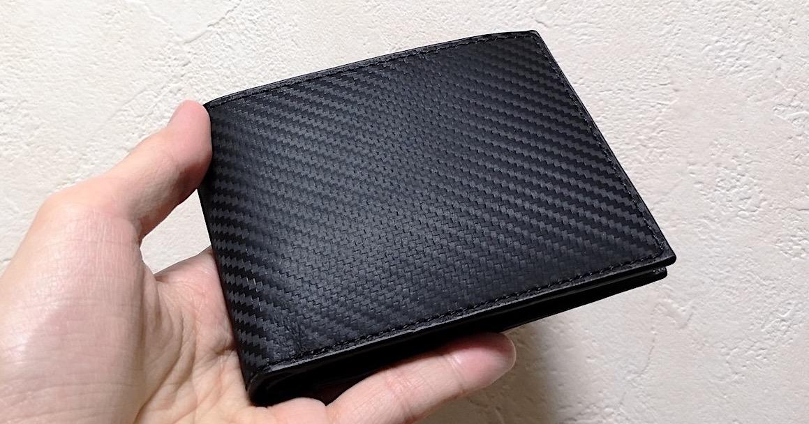 『GLEVIO カーボンレザー 二つ折り財布』レビュー