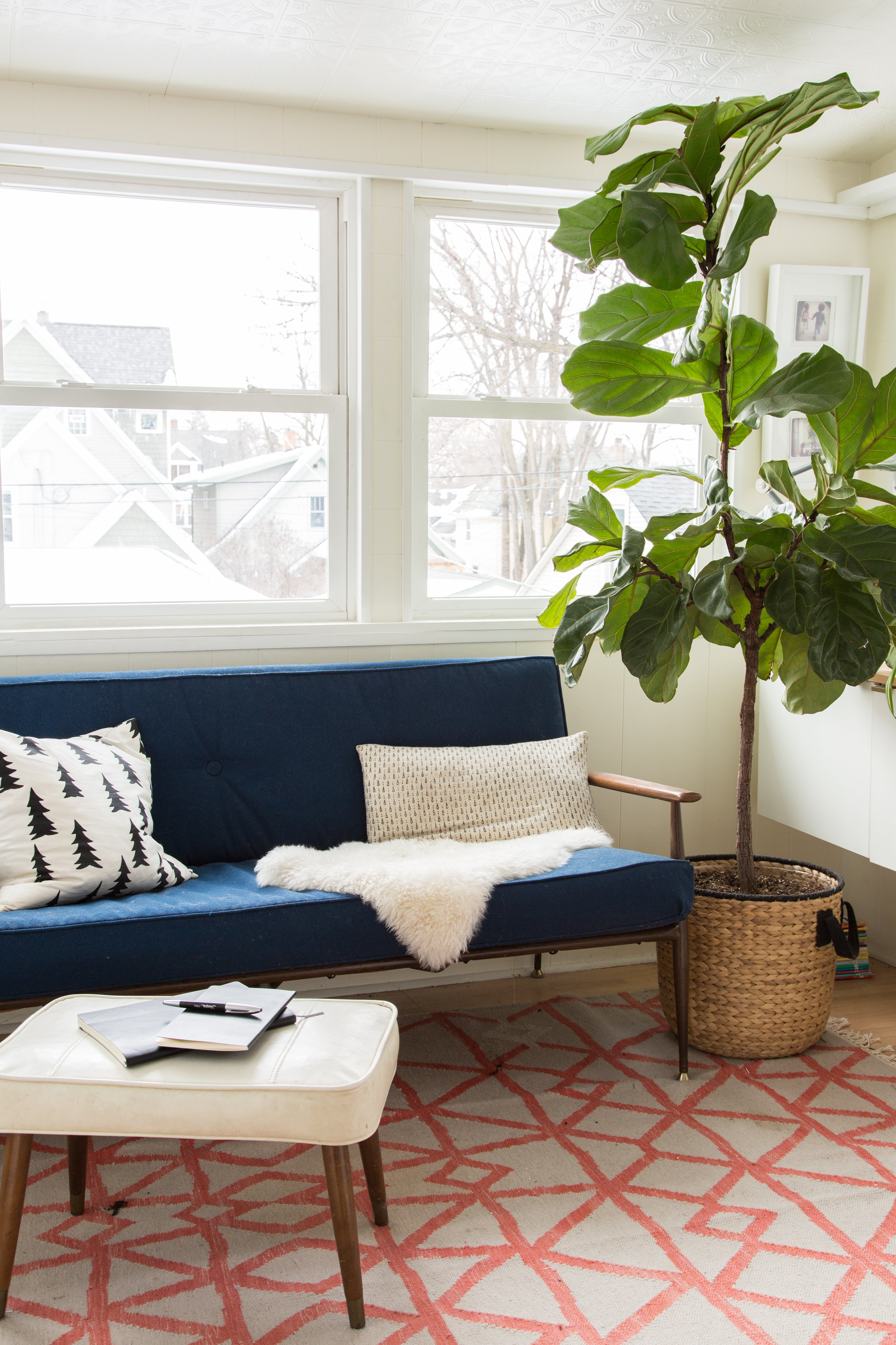 Excel at Extra Seating: Living Rooms With Perfect Pouf Placement ...