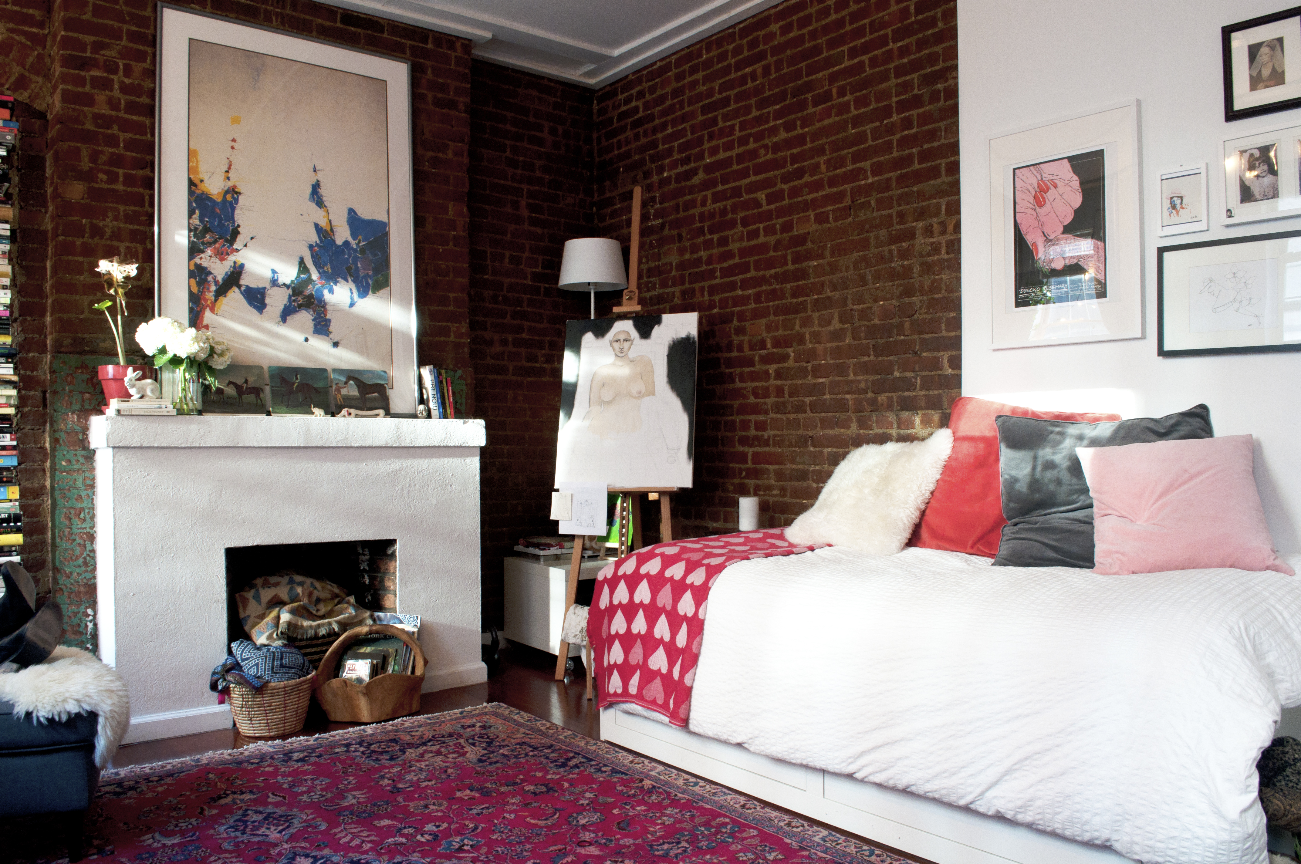 How to Arrange a Small Bedroom - Small Bedroom Layout ...