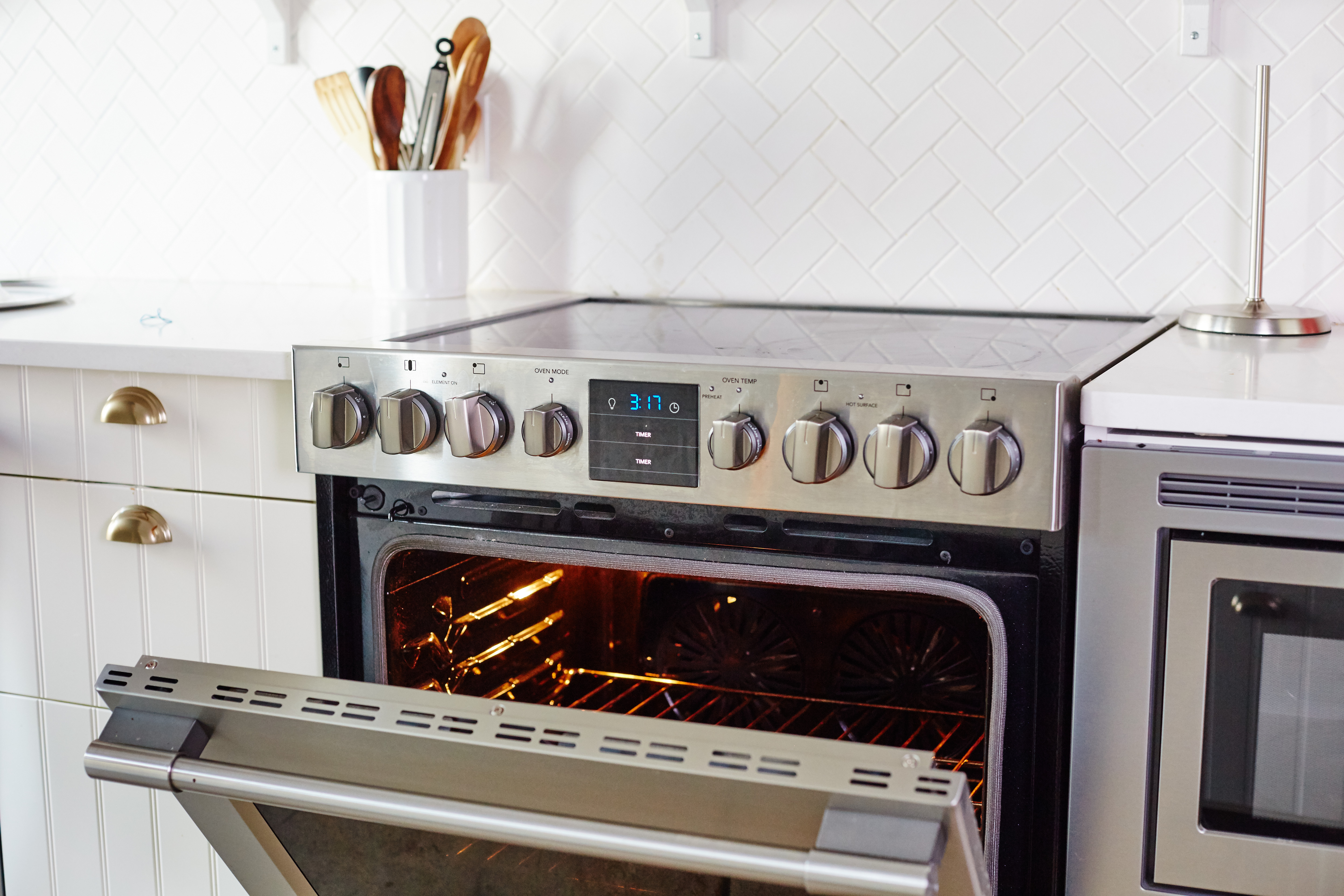 How To Clean An Oven With Baking Soda And Vinegar